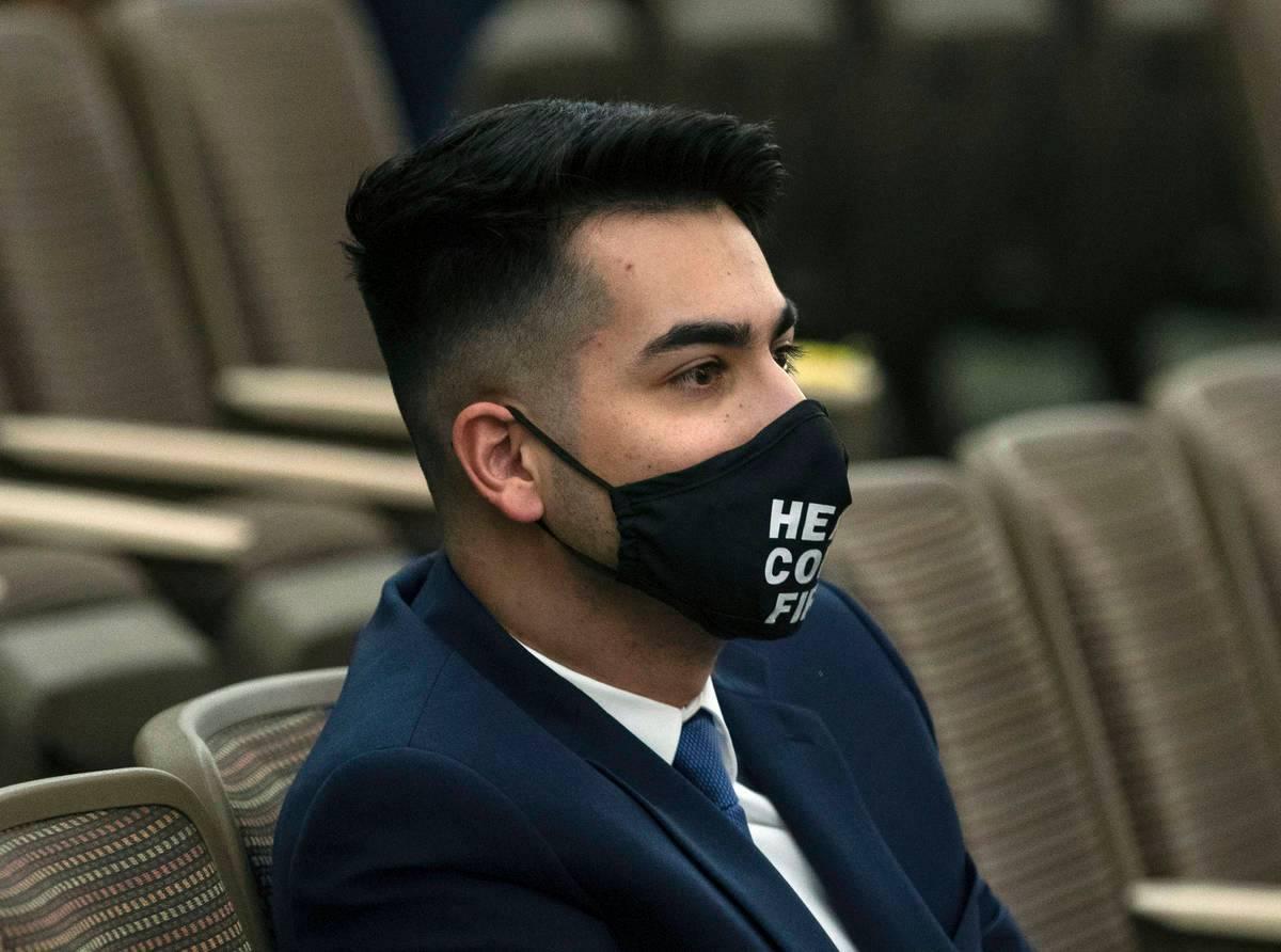 Fabián Doñate escucha mientras los comisionados del Condado Clark lo nombran para el escaño ...