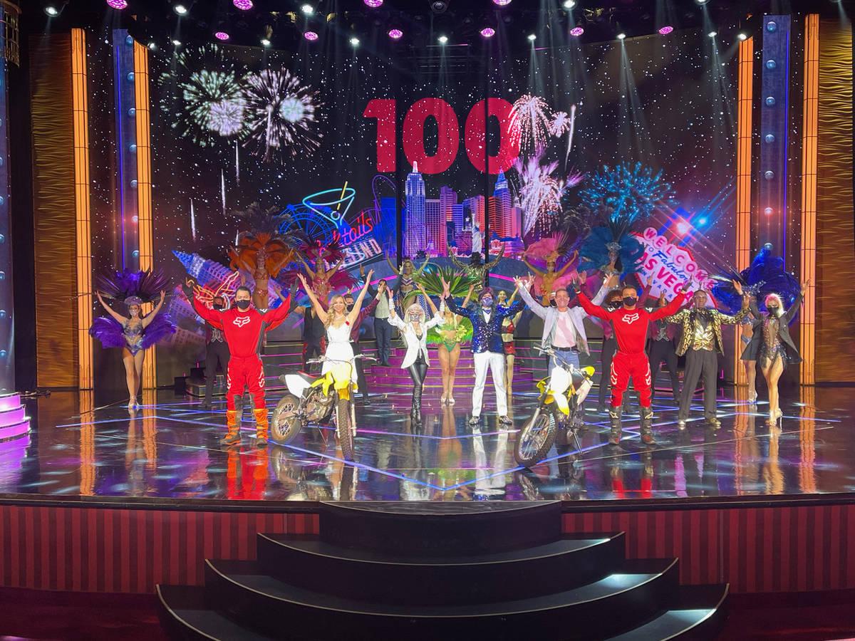 """El elenco de """"Extravaganza"""" celebra su espectáculo número 100 en Bally's el viernes, 5 de feb ..."""