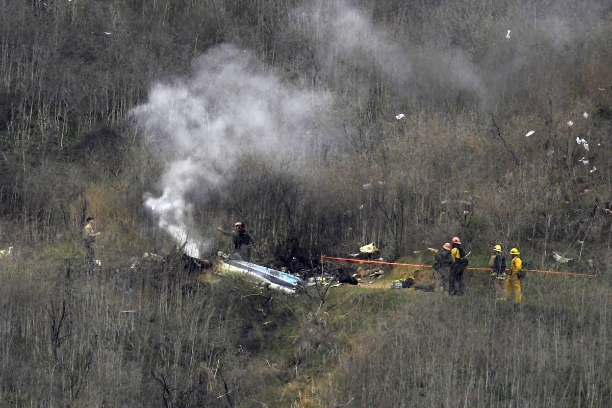 En esta foto de archivo del 26 de enero de 2020, los bomberos trabajan en la escena de un accid ...