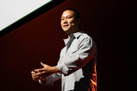 El ex director ejecutivo de Zappos, Tony Hsieh, habla en el evento para empleados de la compañ ...