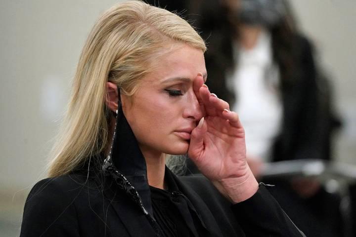 Paris Hilton se seca los ojos después de hablar en una audiencia del comité en el Capitolio d ...