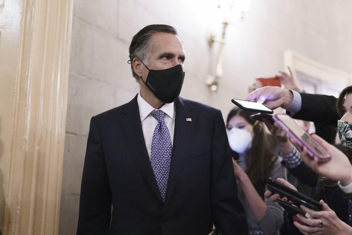Los reporteros compiten por una respuesta del senador Mitt Romney, republicano por Utah, mientr ...