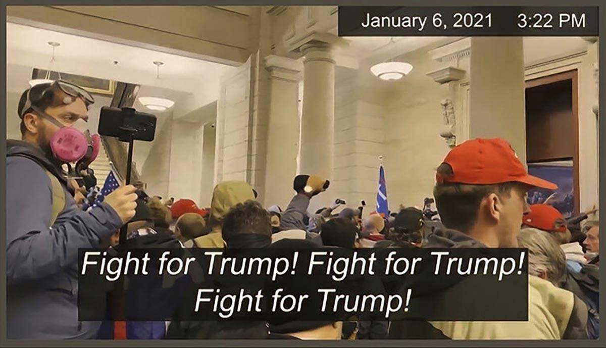 En esta imagen de un video de seguridad, se muestra a los senadores mientras el responsable de ...