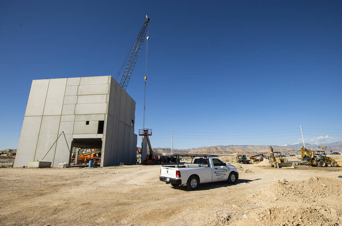La construcción del proyecto de uso mixto UnCommons en el suroeste de Las Vegas continúa el m ...