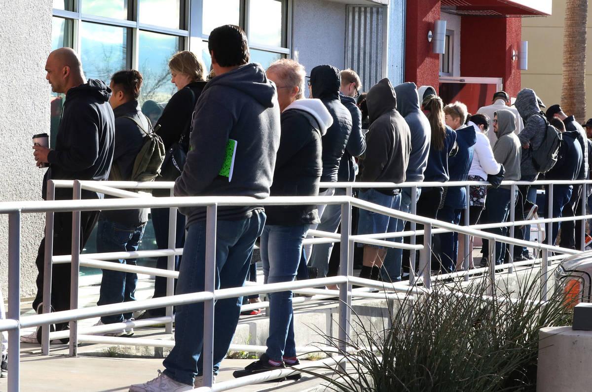 Gente hace fila en One-Stop Career Center de Las Vegas en marzo de 2020. (Bizuayehu Tesfaye/Las ...