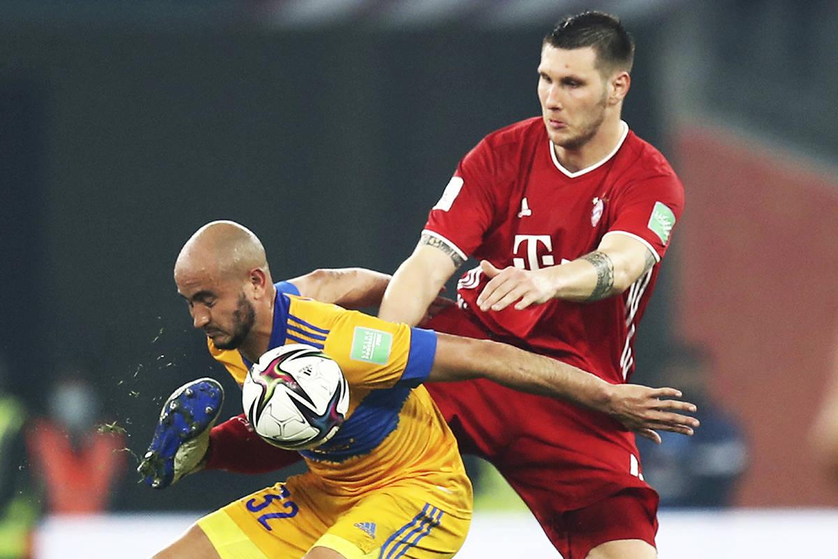 El jugador de Tigres, Carlos González (izquierda), es desafiado por Niklas Suele, del Bayern, ...