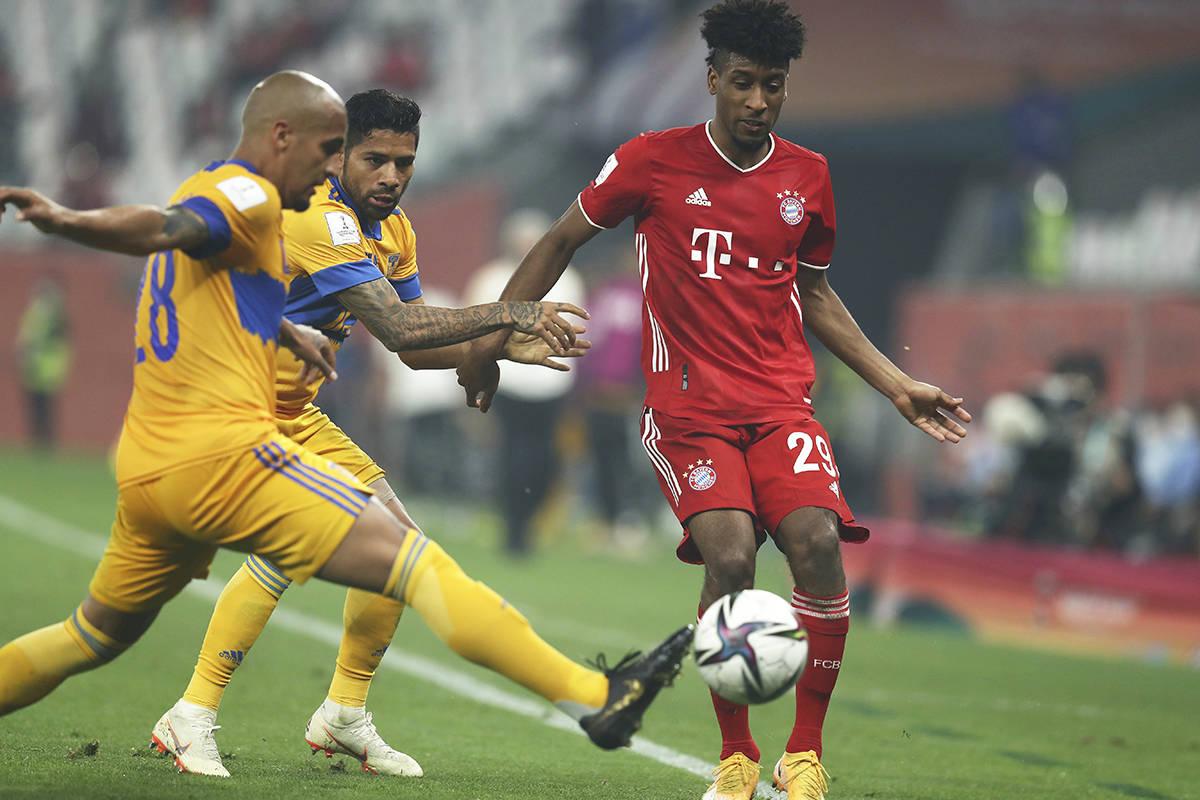 El jugador del Bayern, Kingsley Coman (derecha) disputa el balón con Luis Rodríguez, de Tigre ...