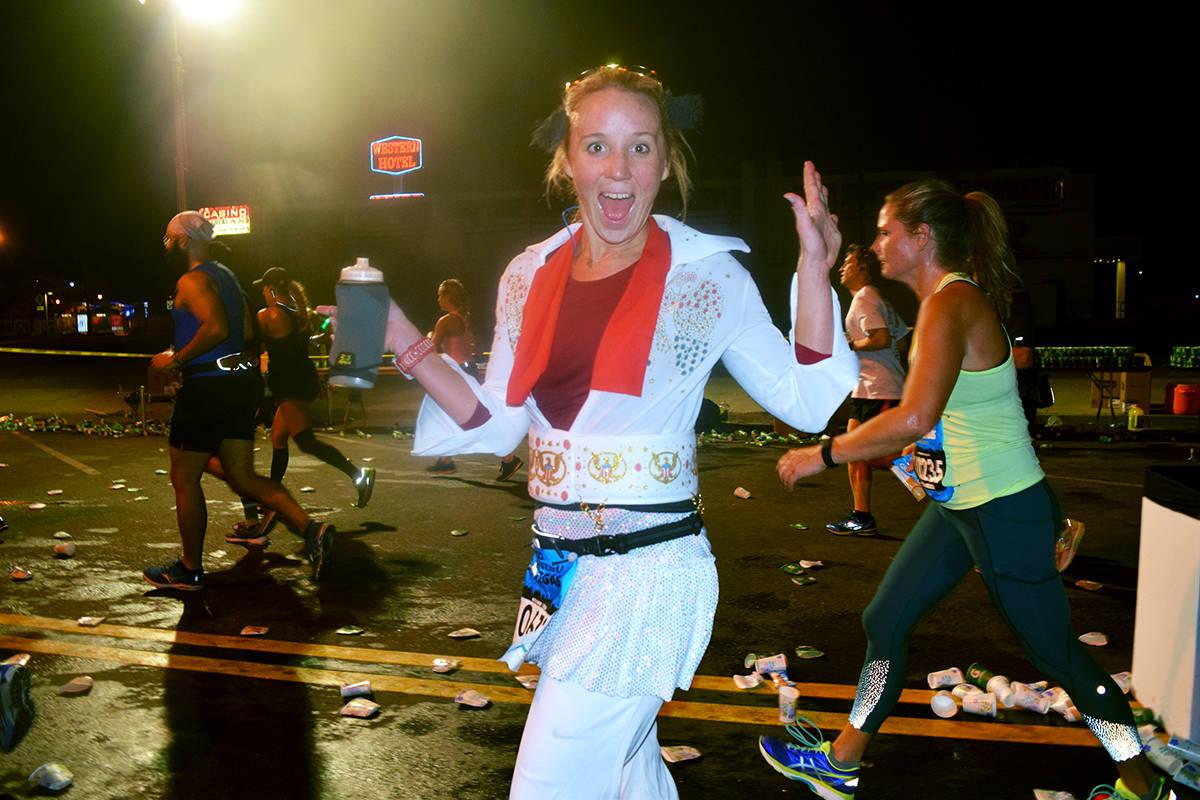 En la foto, una corredora ataviada con el estilo de Elvis Presley, recorre la ruta del maratón ...