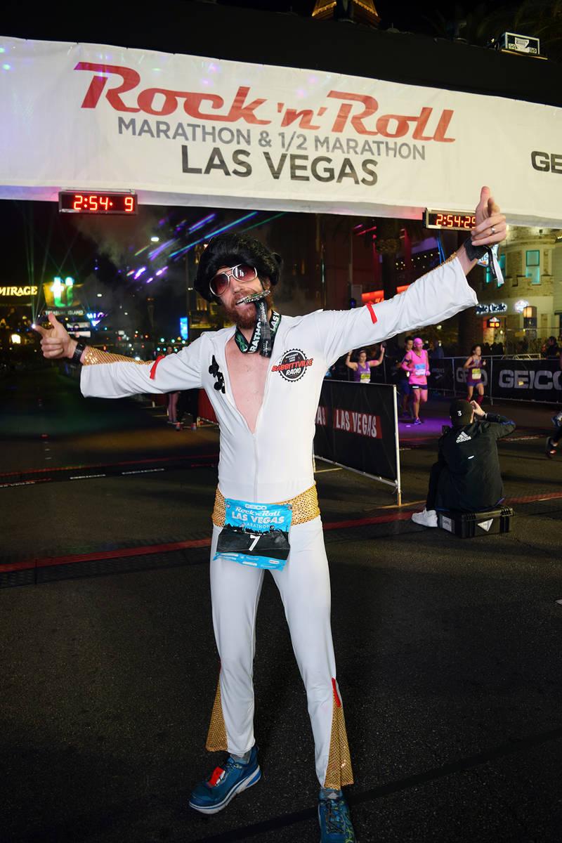 En la foto, un corredor ataviado al puro estilo de Elvis Presley, finaliza la ruta del maratón ...