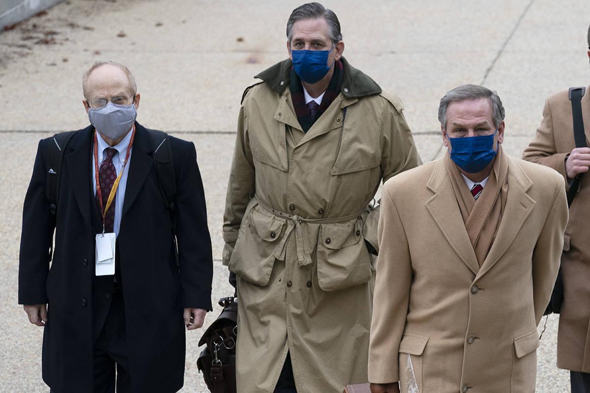 De izquierda a derecha, David Schoen, Bruce Castor y Michael van der Veen, abogados del expresi ...