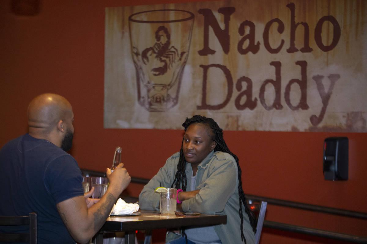 Seqoiya Burress, de Las Vegas, cena con su marido Louis Burress en Nacho Daddy el 11 de febrero ...