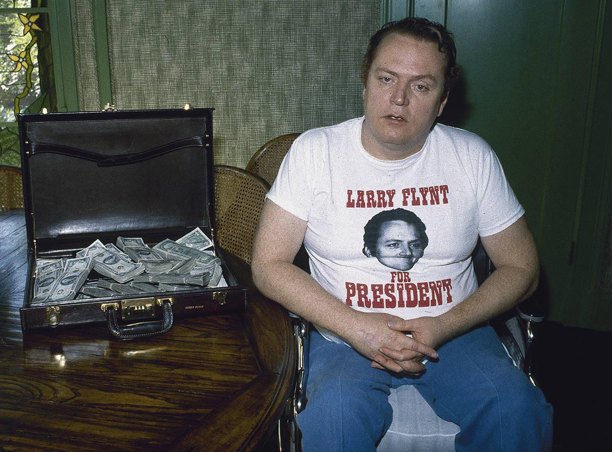"""En esta foto de archivo, se ve al editor de la revista """"Hustler"""" Larry Flynt con un maletí ..."""