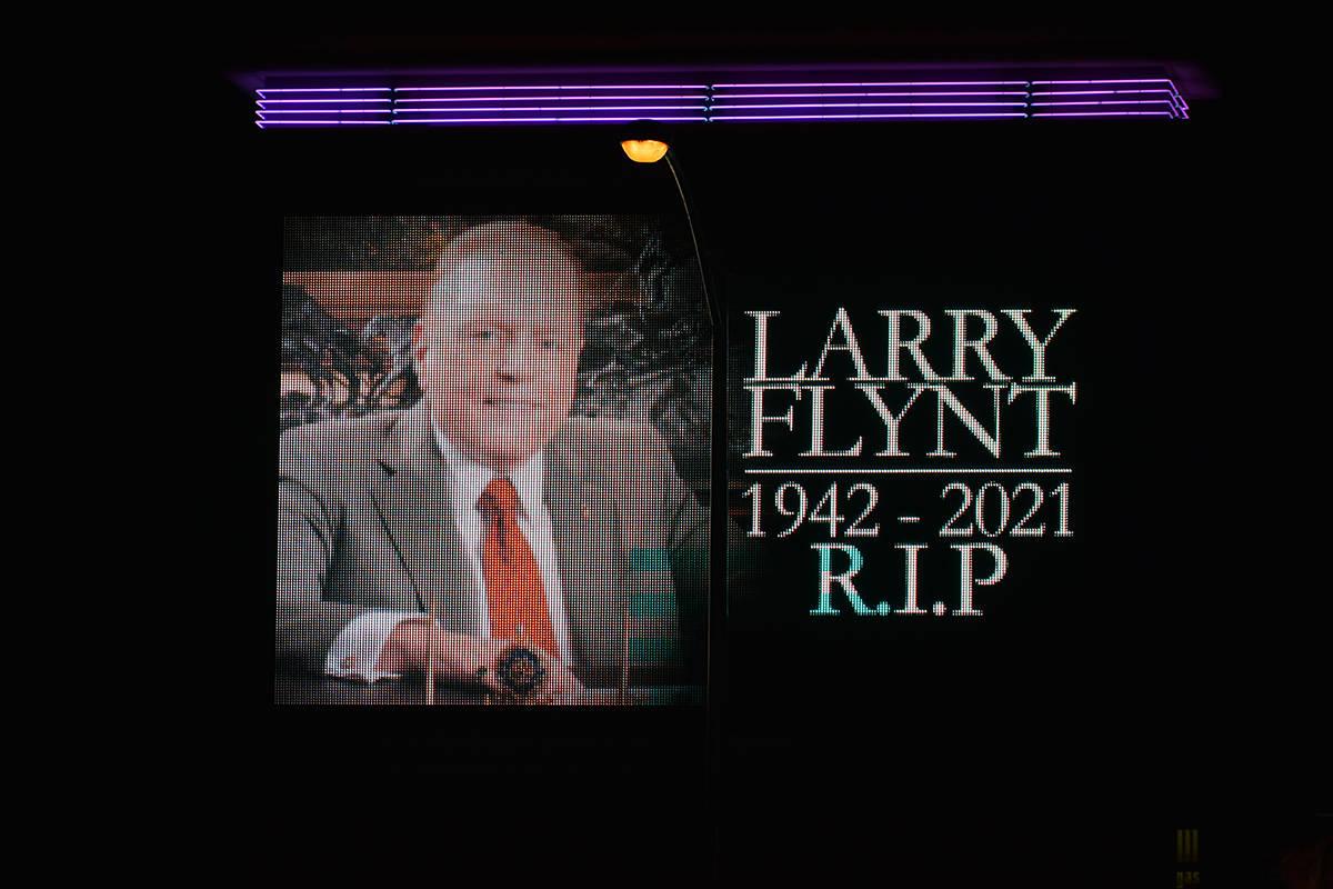 La pantalla situada en las inmediaciones del club nocturno Hustler rinde homenaje a Larry Flynt ...