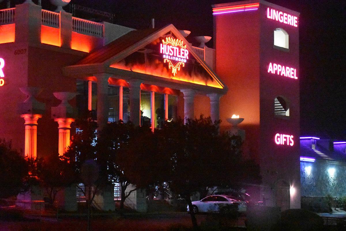 El exterior del centro nocturno Hustler, propiedad del recientemente fallecido Larry Flynt, es ...