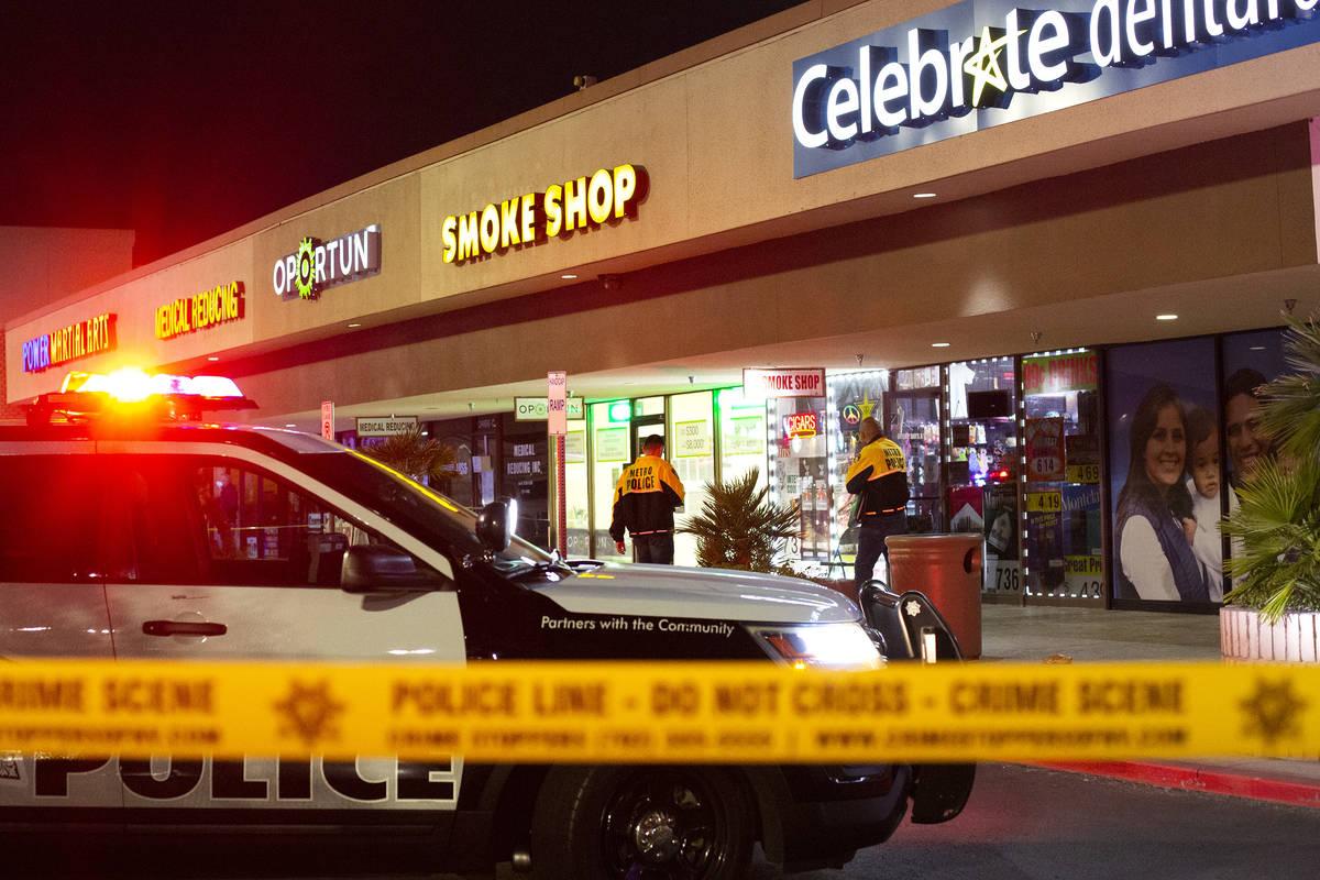 La policía metropolitana reúne pruebas mientras investiga un homicidio en la cuadra 2400 de E ...