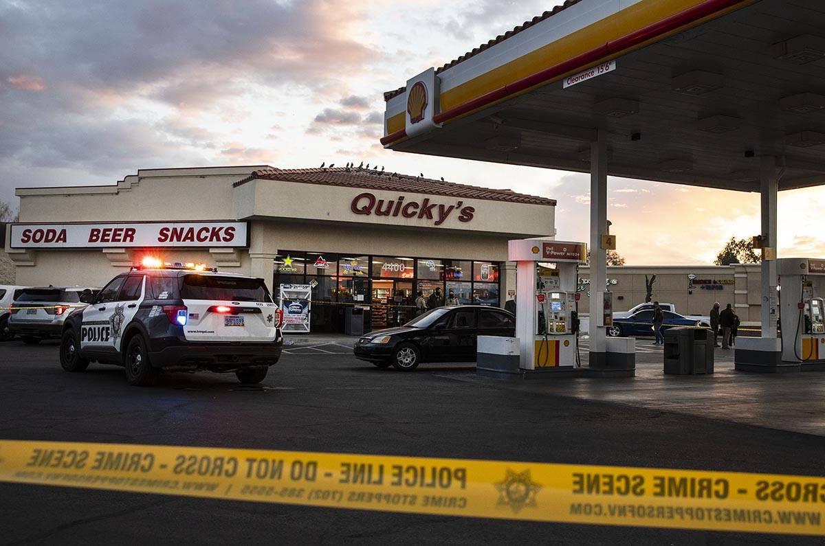 La policía acordonó el estacionamiento de la estación Quicky's Shell en Jones Boulevard y Cr ...