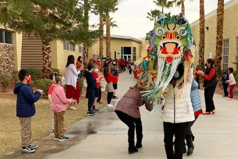 Estudiantes de educación infantil desfilan por el campus escolar con ruidosos y máscaras para ...
