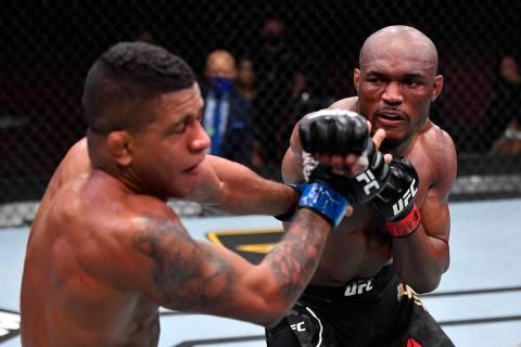 Kamaru Usman, de Nigeria, golpea a Gilbert Burns, de Brasil, en su pelea por el campeonato de P ...