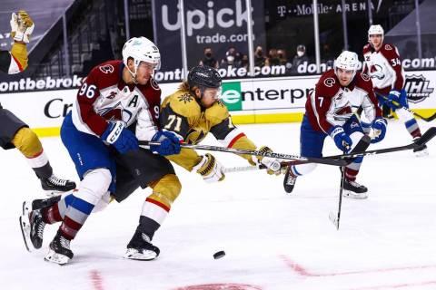 El ala derecha de Colorado Avalanche, Mikko Rantanen (96), y el centro de los Golden Knights, W ...
