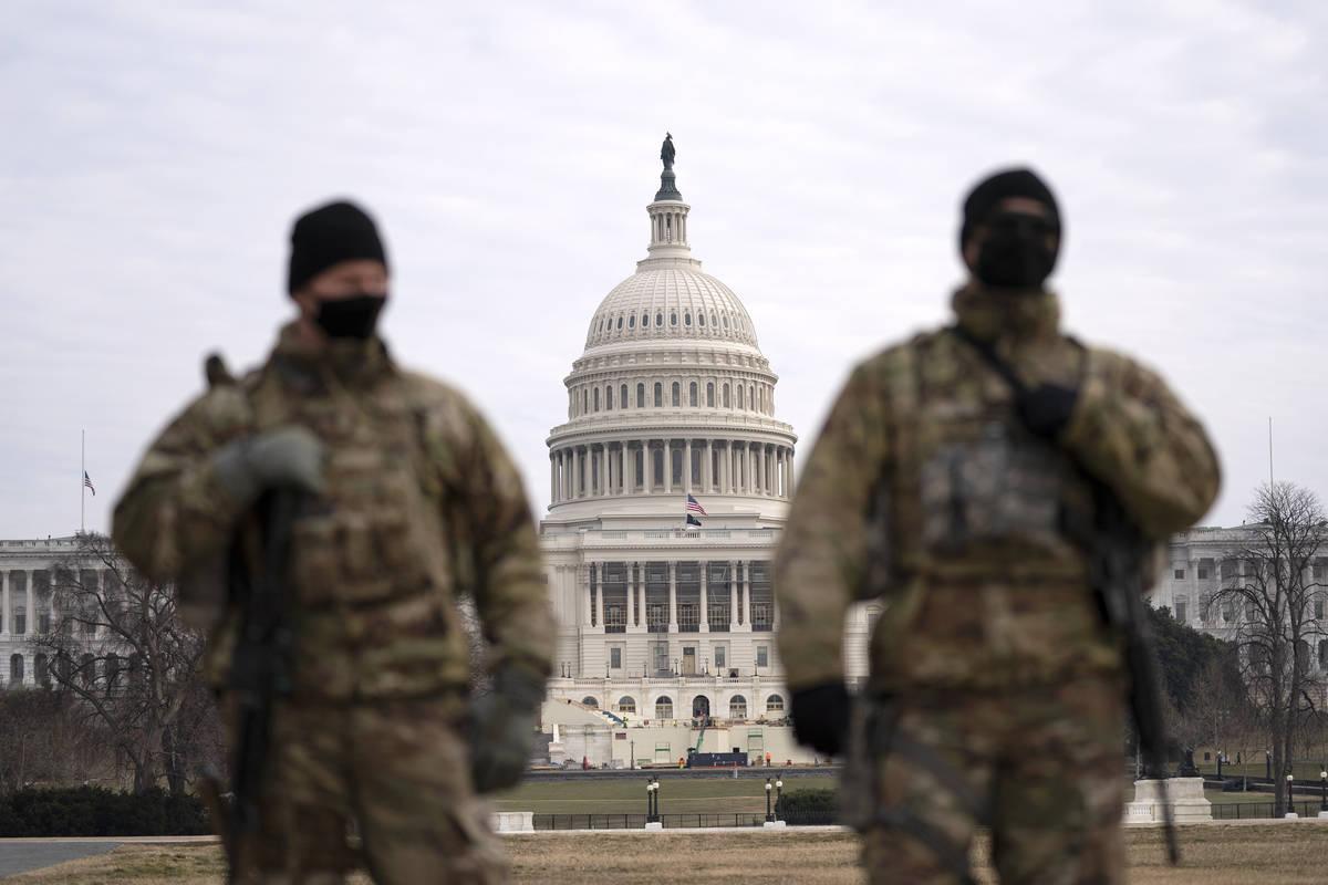 Miembros de la guardia nacional patrullan el área fuera del Capitolio de Estados Unidos durant ...