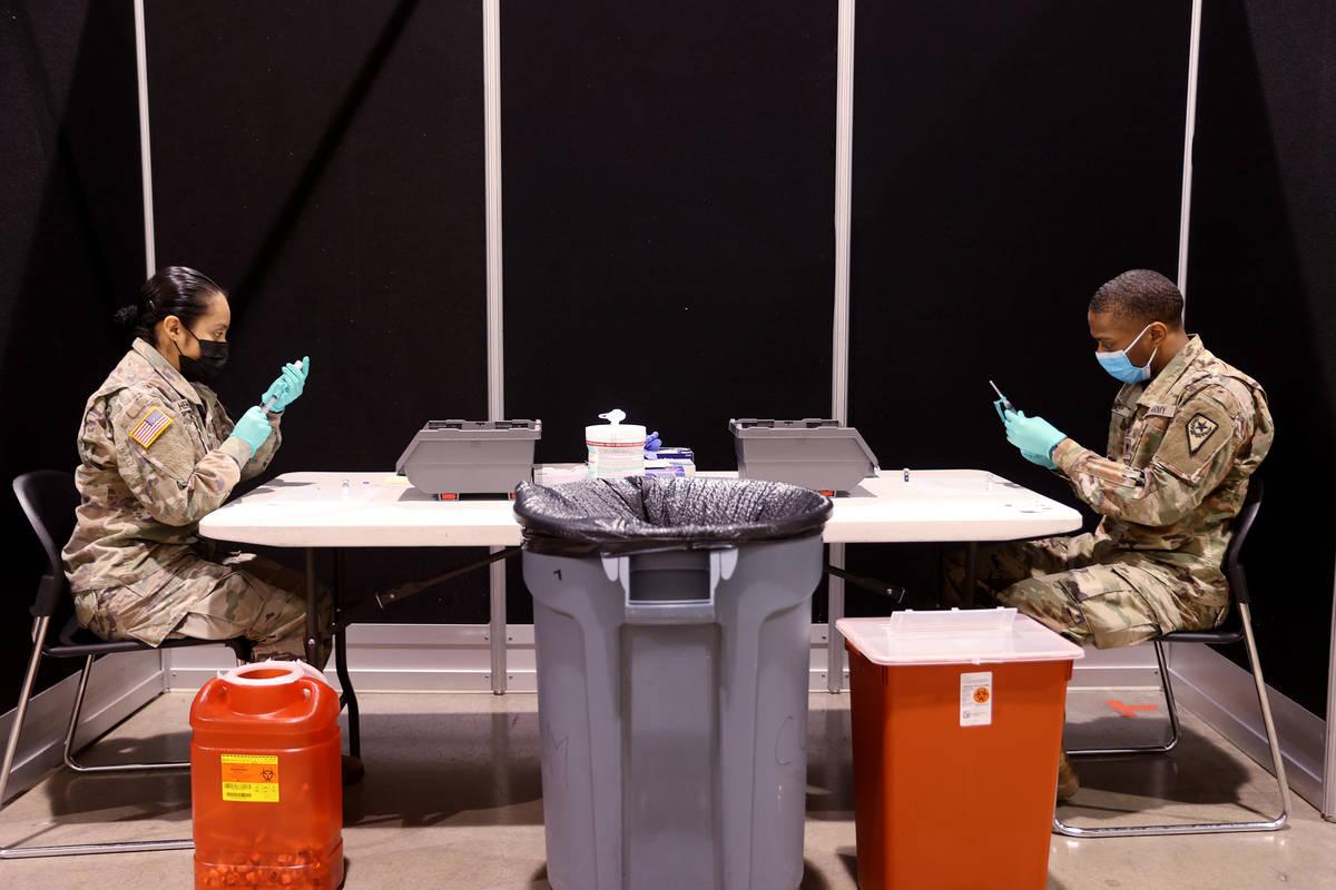 Los miembros de la Guardia Nacional de Nevada, los soldados Kimberly Hernández y Keith Davis, ...