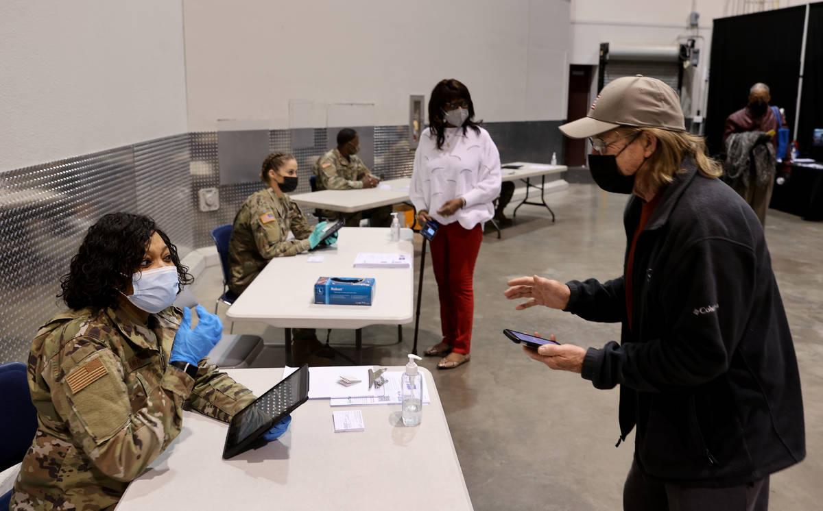 Mike Lucas, de 70 años, de Henderson, se registra con la aviadora de la Guardia Nacional de Ne ...