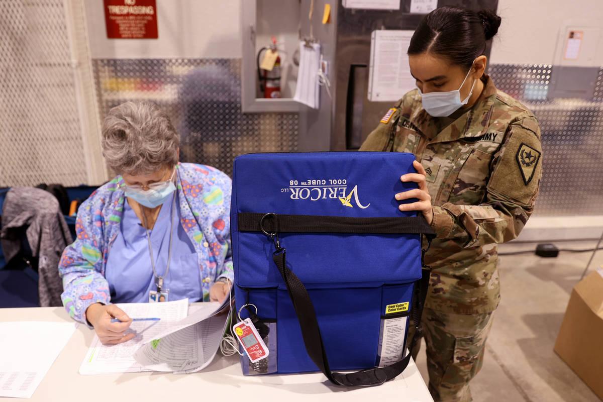 """La sargento de la Guardia Nacional de Nevada Candy """"D.T."""" Delatorre saca la vacuna de Pfizer de ..."""