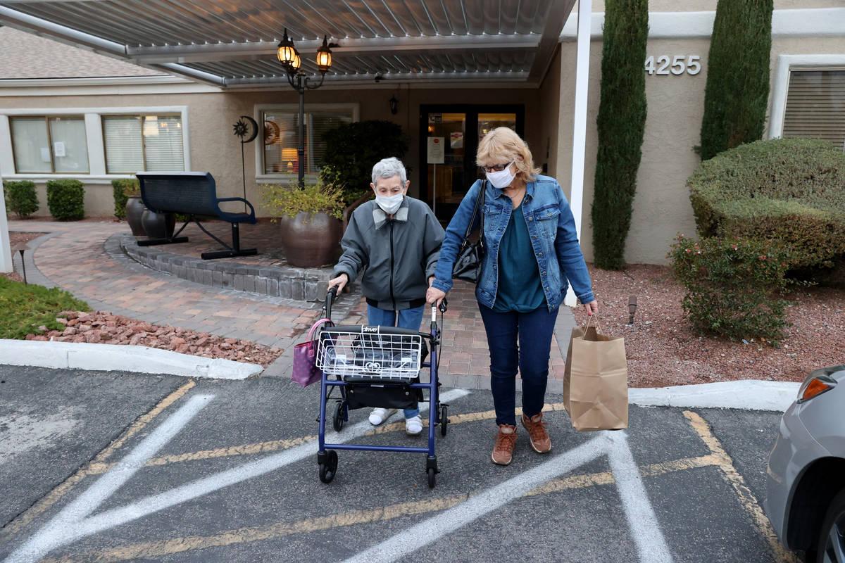 Estelle Roberts, de 92 años, a la derecha, recibe ayuda de su hija Dori Roberts-Lombardi, de 6 ...