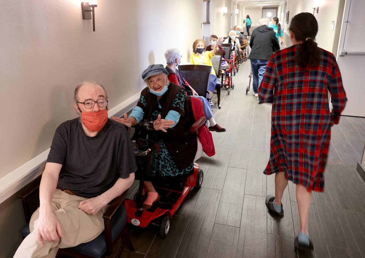 Michael Chernoff, de 65 años, y Valmae Ayres, a la espera de recibir la vacuna contra COVID-19 ...