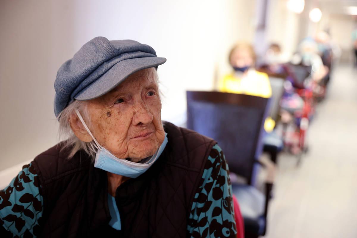 Valmae Ayres, de 98 años, a la espera de recibir la vacuna contra COVID-19 de Pfizer en una cl ...