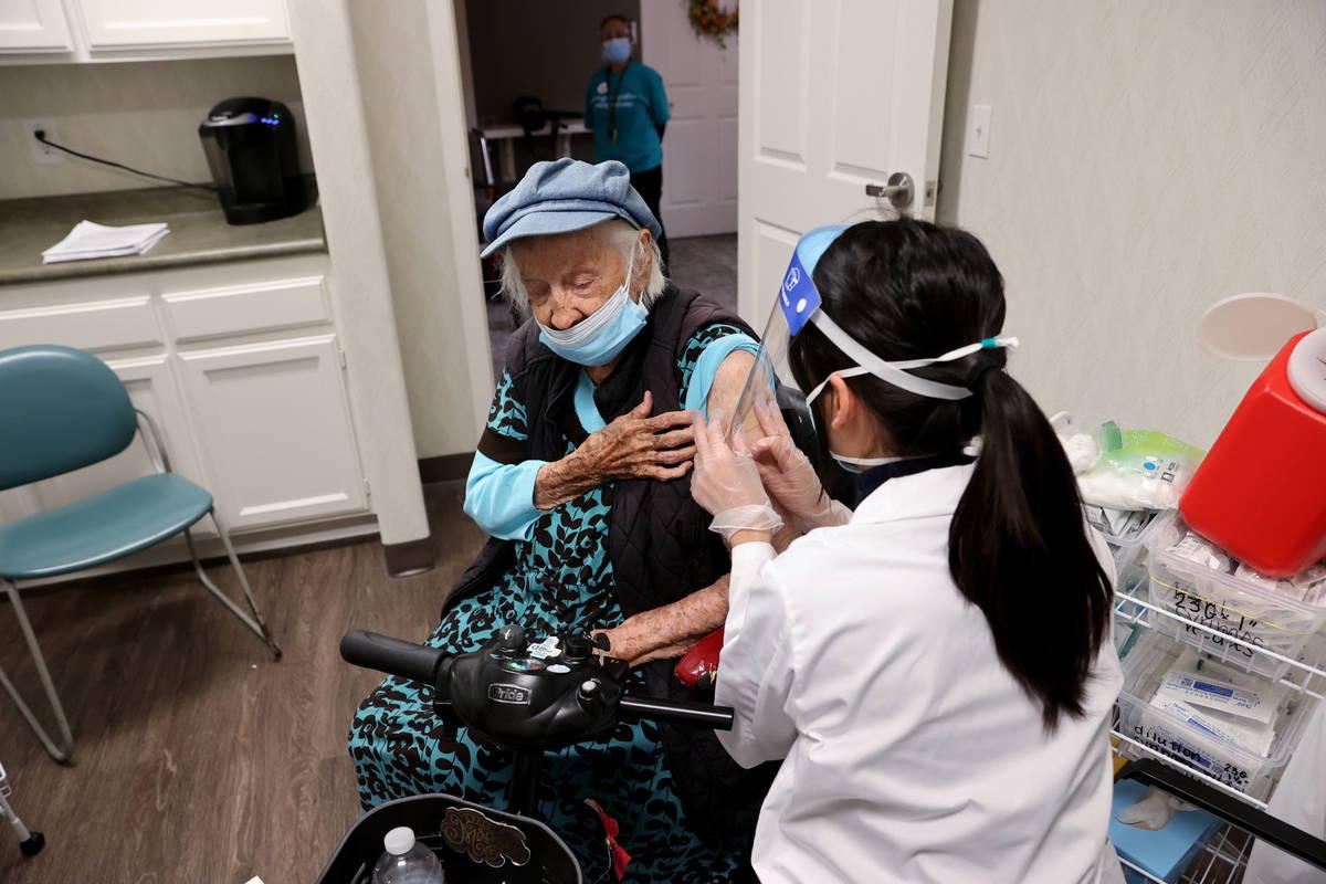 Valmae Ayres, de 98 años, recibe la vacuna contra COVID-19 de Pfizer durante una clínica inte ...
