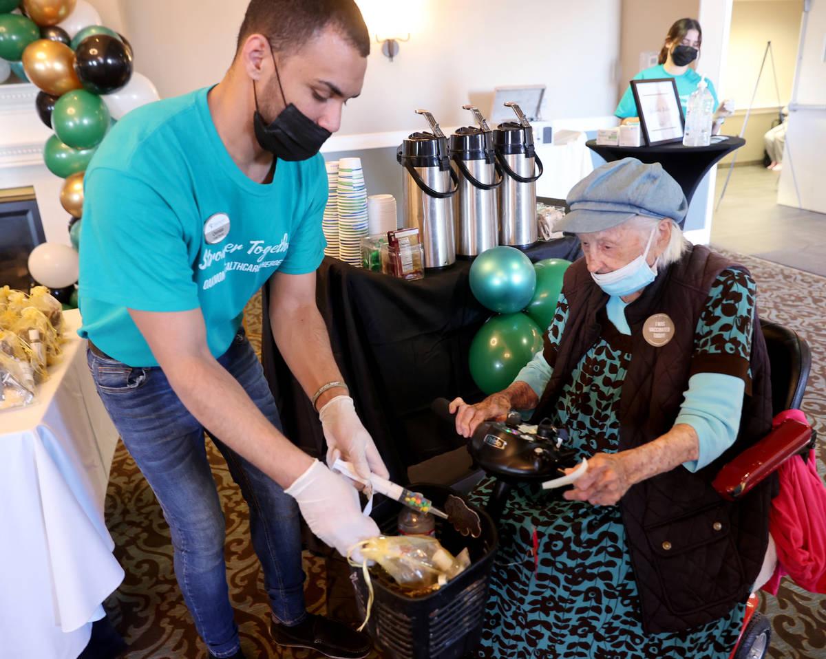 Quintan Brown-Rodrigues le da a Valmae Ayres, de 98 años, dulces, incluyendo una jeringa llena ...