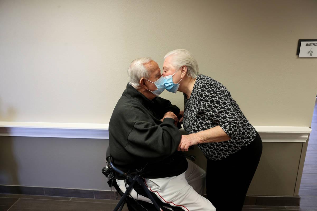 Don Masterson, de 90 años, y Darlene Cox, de 91, esperan en la fila para recibir la vacuna con ...