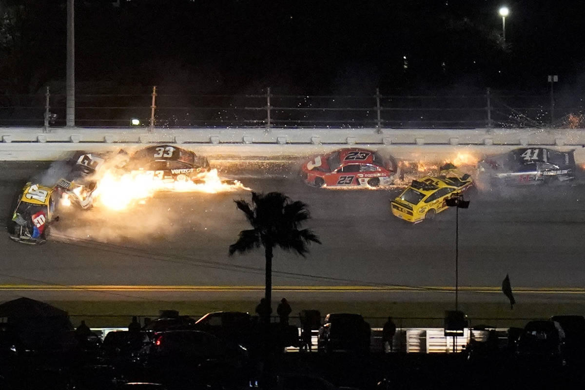 Coches chocan en la decimocuarta vuelta durante la carrera automovilística NASCAR Daytona 500 ...
