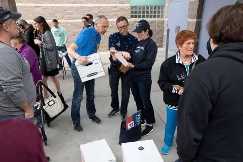 Los partidarios de Pete Buttigieg conversan antes de que comience el caucus de Nevada en Palo V ...