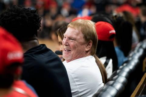 El propietario de los Oakland Raiders, Mark Davis, fotografiado durante el partido de baloncest ...