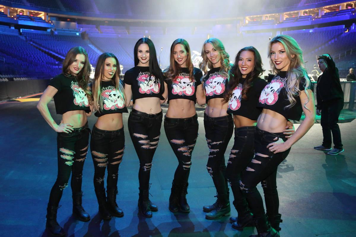 """El elenco de """"X Rocks"""" se muestra en un ensayo en T-Mobile Arena antes de la apertura del conci ..."""