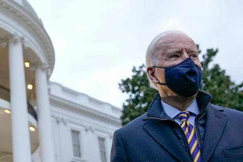 El presidente Joe Biden camina por el jardín sur de la Casa Blanca para abordar el Marine One ...