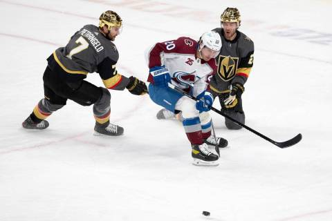 El defensa de los Golden Knights, Alex Pietrangelo (7), y el ala derecha de Colorado Avalanche, ...