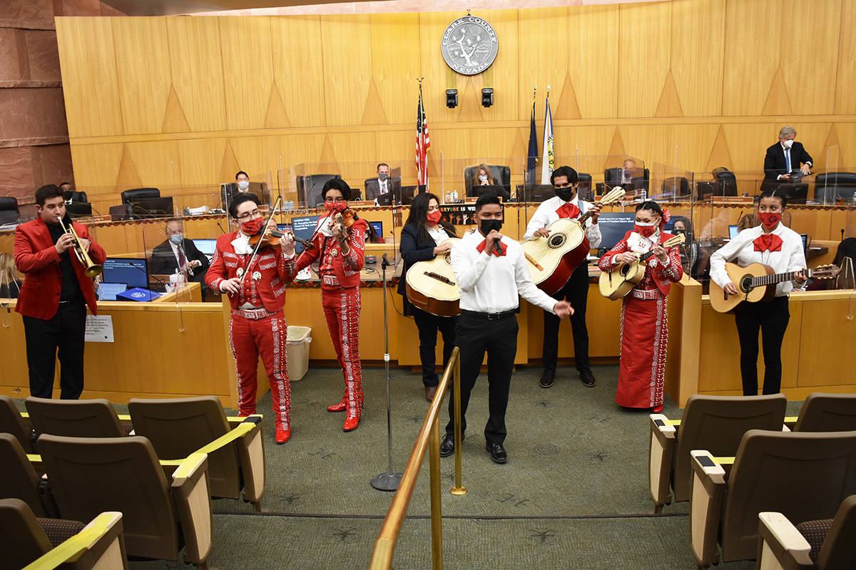 """Los estudiantes del Mariachi Joya de Las Vegas High School recibieron una """"Proclamación"""" p ..."""