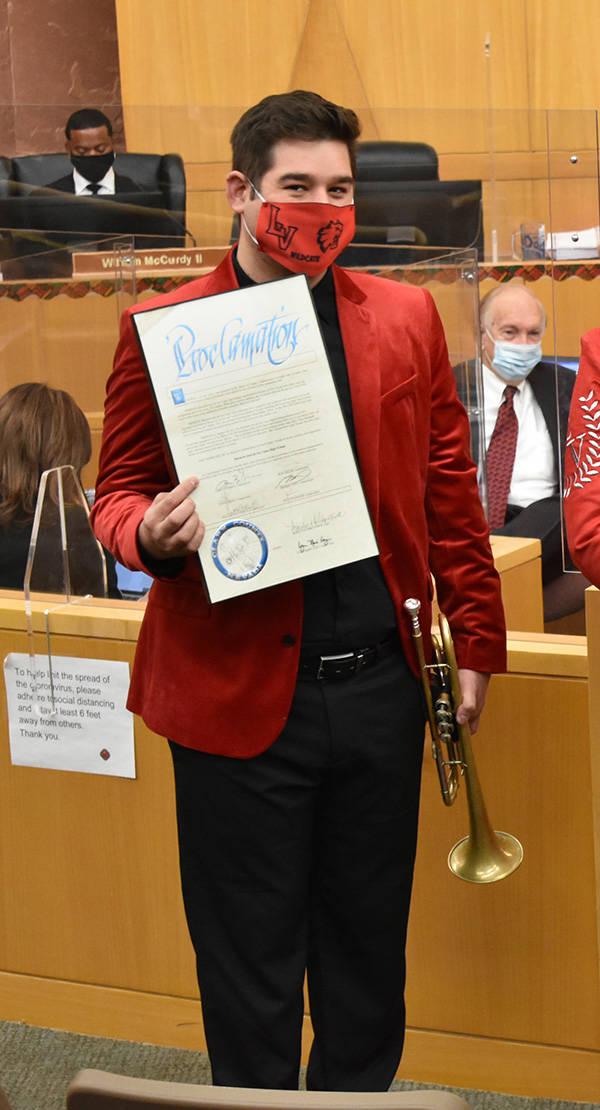 """El director del Mariachi Joya de Las Vegas High School, Stephen Blanco, recibe una """"Proclamac ..."""