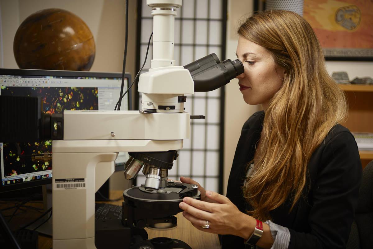 Arya Udry, profesora de geociencia en la UNLV, estudia los meteoritos marcianos para explorar l ...