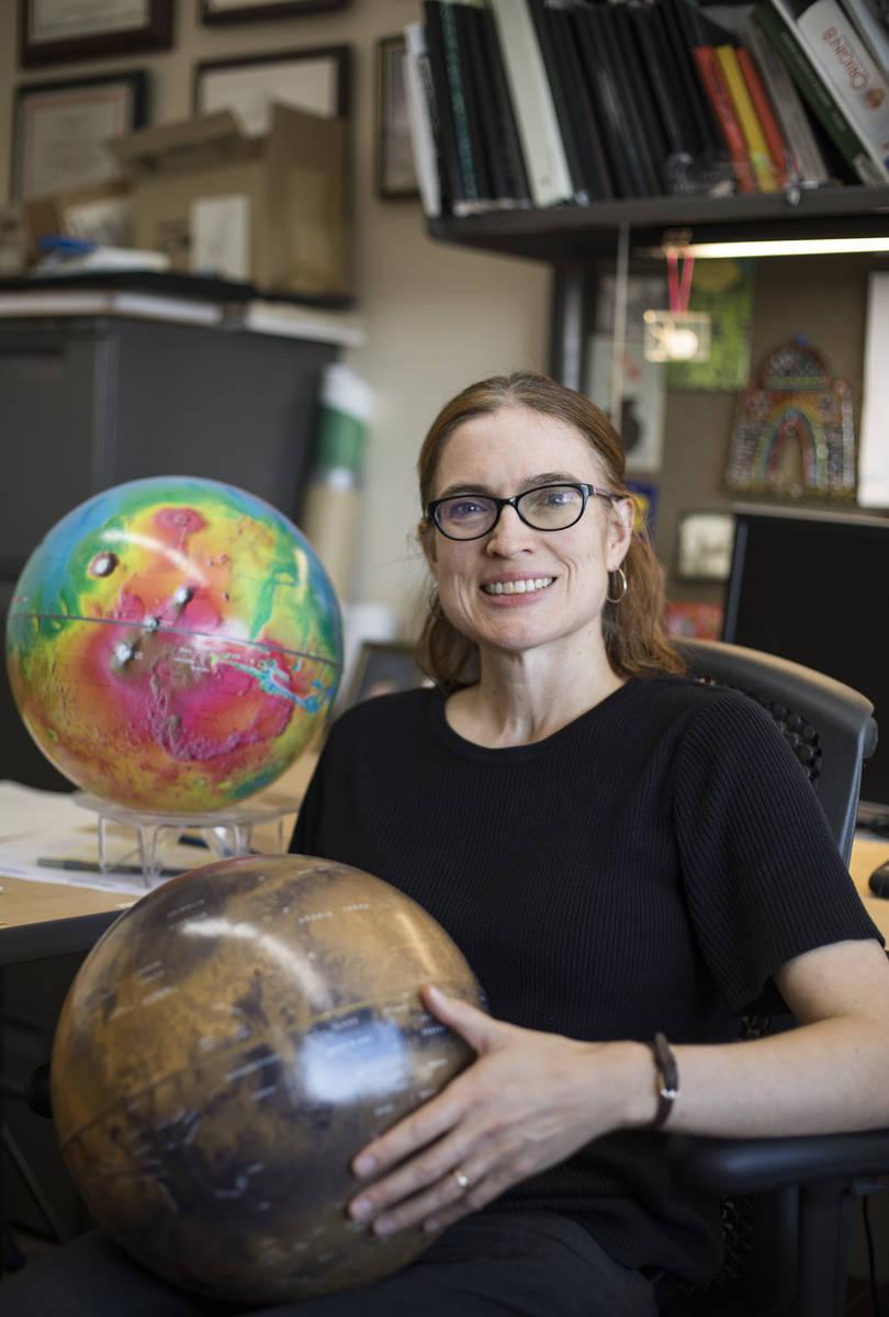 La doctora Libby Hausrath en su oficina de la Universidad de Las Vegas el jueves, 24 de octubre ...