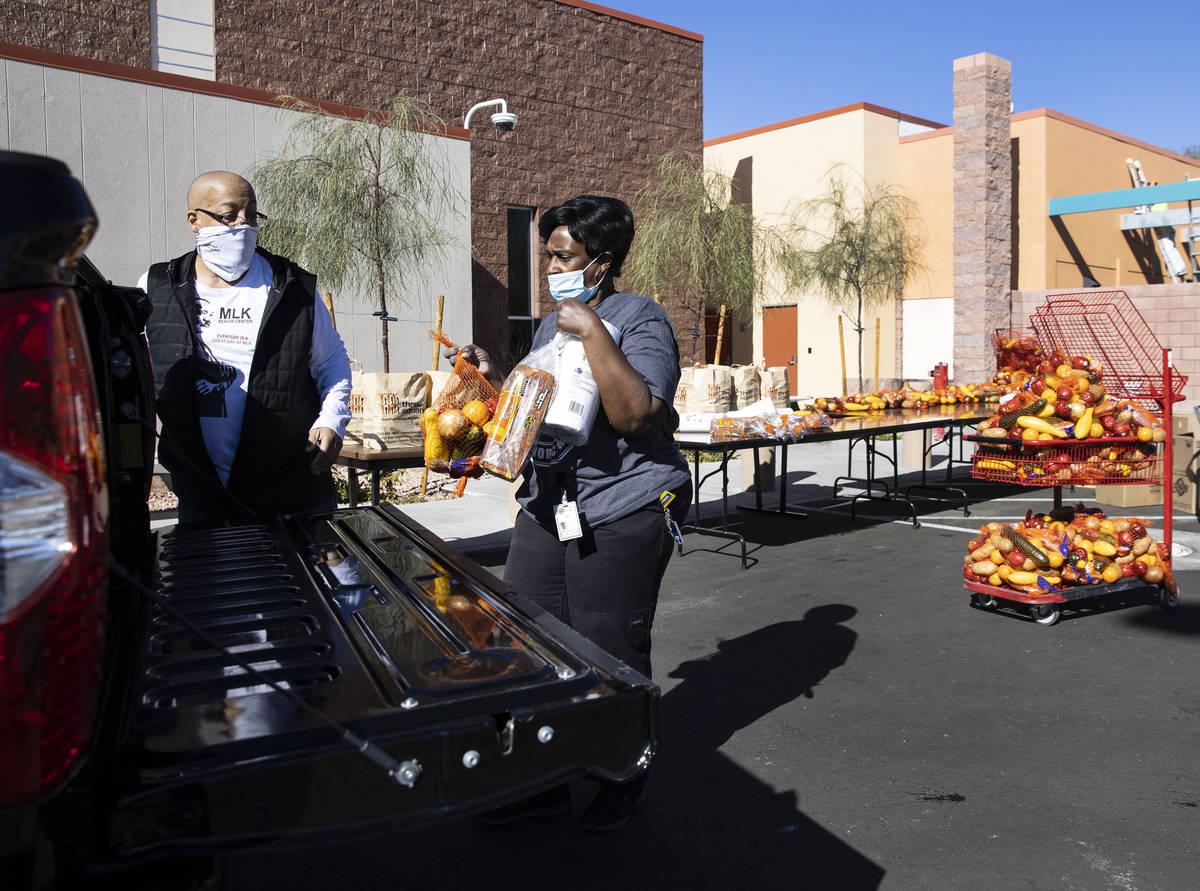Brian Reese, a la izquierda, y Archye Jett, una chef del Martin Luther King Jr. Senior Center, ...