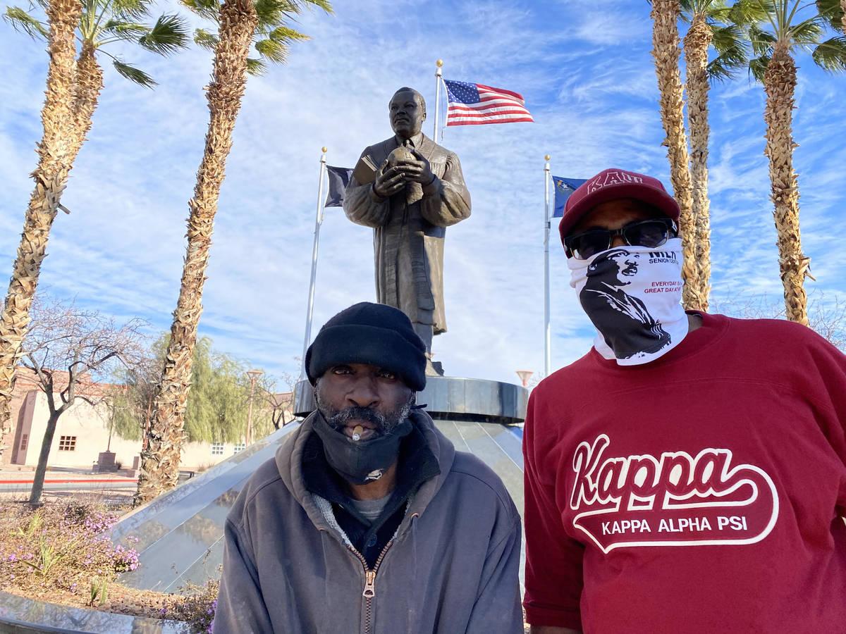 El veterano indigente, Zakee Muhammad, de 56 años, y Byron Goynes, director del Martin Luther ...