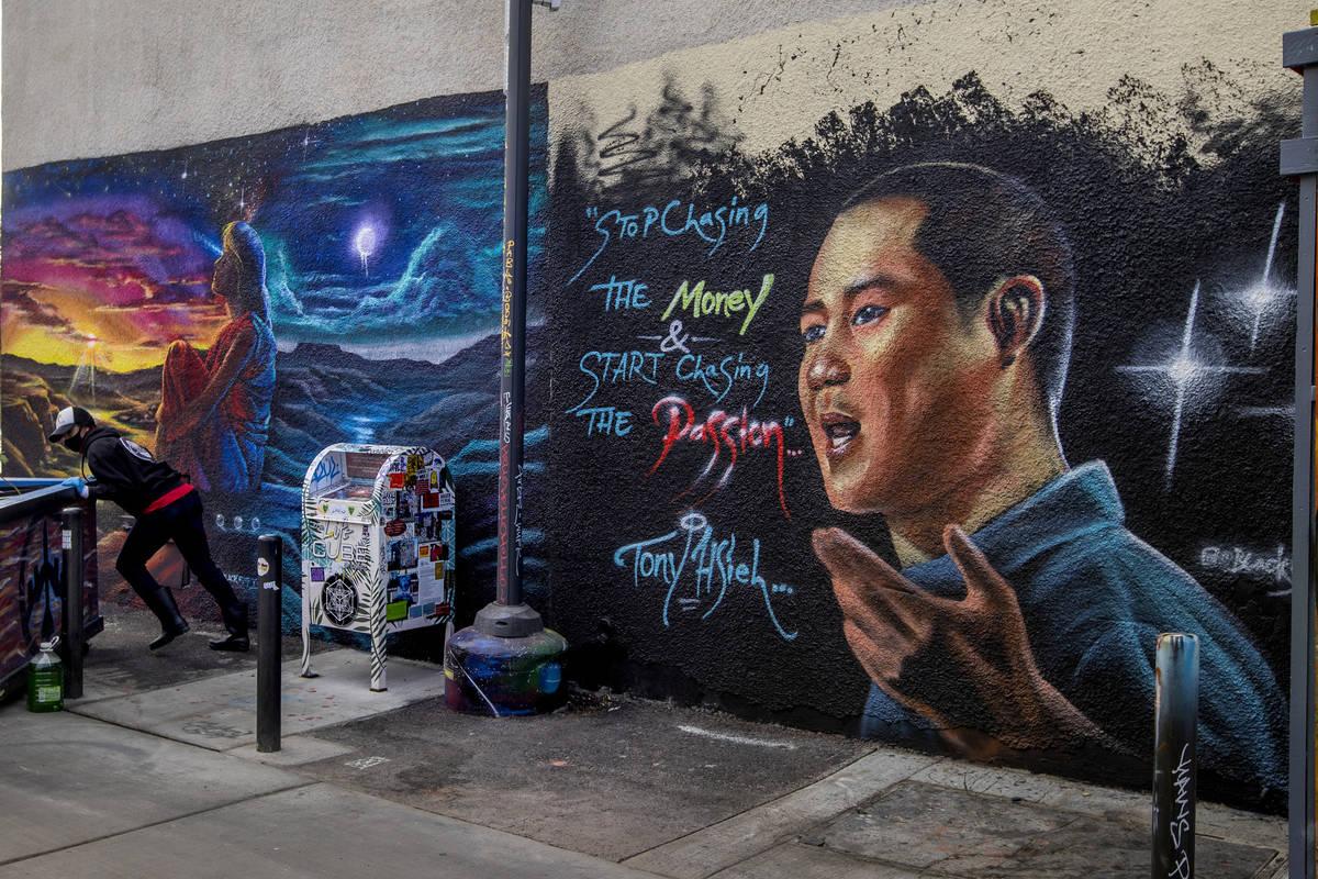 Un mural dedicado a Tony Hsieh en DT Alley, cerca de las calles Fremont y Sixth, en el centro d ...