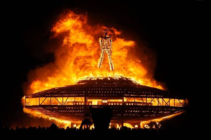 """En esta foto de archivo del 31 de agosto de 2013, el """"Hombre"""" arde en el desierto de Black Rock ..."""