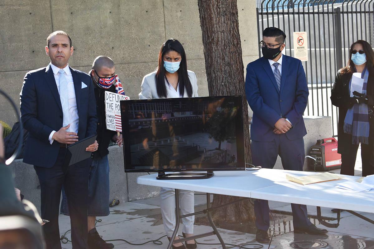 El abogado Rodolfo González muestra videos de vigilancia que podrían ayudar a esclarecer el c ...