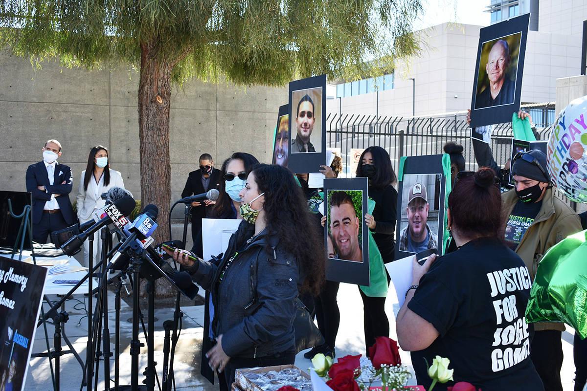 Durante la conferencia de prensa, algunas personas mostraron fotografías de los oficiales invo ...