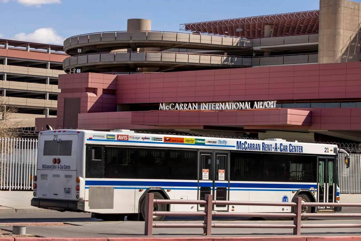 Un autobús pasa por el área de equipaje de la Terminal 1 en el Aeropuerto Internacional McCar ...